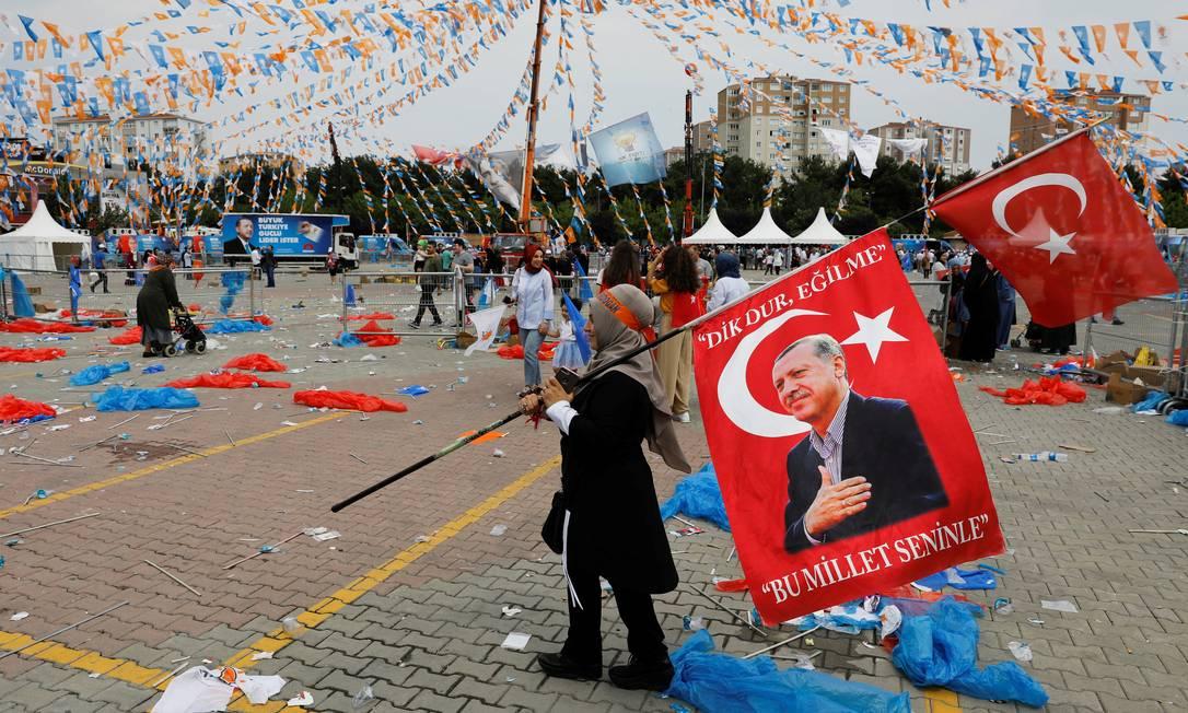 Apoiador de Erdogan leva bandeira Foto: UMIT BEKTAS / REUTERS
