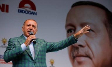 Tayyip Erdogan fala a apoiadores durante campanha Foto: ALKIS KONSTANTINIDIS / REUTERS