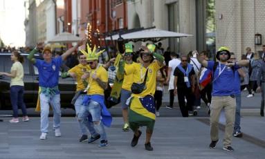 Brasileiros fazem a festa em rua de Moscou Foto: Marcelo Theobald / Agência O Globo