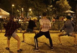 Dançarinos do grupo Reckless Crew se apresentam nos bares de Ipanema Foto: Gustavo Miranda / Agência O Globo