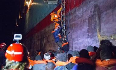Resgate de migrantes na costa da Líbia: 185 pessoas foram retiradas do mar quando tentavam chegar à Europa Foto: DANILO CAMPAILLA / AFP