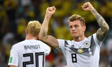 O meia alemão Toni Kroos comemora o gol da virada histórica Foto: NELSON ALMEIDA / AFP