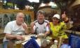 Peter, Günter e Tatiana comemoram a vitória da Alemanha no bar Zötler, em Kaliningrado Foto: Bernardo Mello
