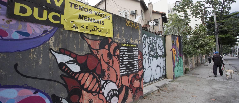 Estacionamento com alvará de igreja na Rua José Higino, na Tijuca Foto: Roberto Moreyra / Agência O Globo