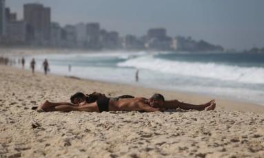 Cariocas pegam sol na orla do Rio no primeiro domingo de inverno Foto: Marcia Foletto / Marcia Foletto