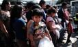 Dezenas de mulheres homens e crianças de El Salvador, Honduras e Guatemala chegam ao Texas, após decreto de política imigratória de Trump Foto: SPENCER PLATT / AFP