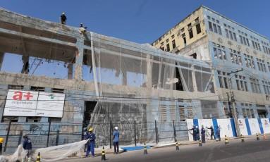 Operários instalam tela de proteção na fachada da antiga fábrica do Sabão Português, às margnes da Avenida Brasil, para a demolição. Foto: Guilherme Pinto / Agência O Globo