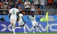O lateral Moussa Wague, do Senegal, comemora seu gol no empate com o Japão Foto: HECTOR RETAMAL/AFP