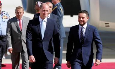 Príncipe William ao lado do príncipe Hussein bin Abdullah II, da Jordânia, logo após sair do avião, na capital, Amã Foto: MUHAMMAD HAMED / REUTERS
