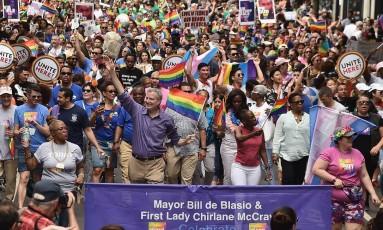 O prefeito de Nova York, Bill de Blasio, e a primeira-dama, Chirlane McCray, participam da parada de orgulho gay de 2018, em Nova York Foto: Theo Wargo / AFP