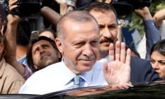 Presidente turco, Tayyip Erdogan acena para apoiadores ao deixar sua residência em Istambul neste domingo Foto: ALKIS KONSTANTINIDIS / REUTERS