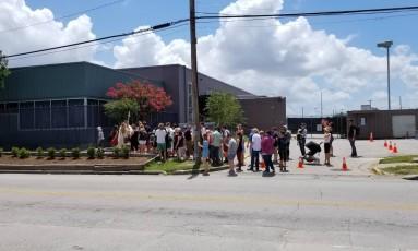 Manifestantes se reúnem em frente à instalação que pode abrigar crianças imigrantes Foto: Flavia Carrijo