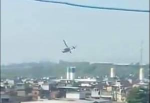Helicóptero sobrevoa a Maré durante operação em que um adolescente foi baleado Foto: Reprodução