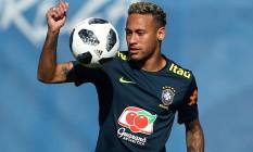 Neymar foi testado como centro-avante no treino desta segunda-feira Foto: HANNAH MCKAY / REUTERS