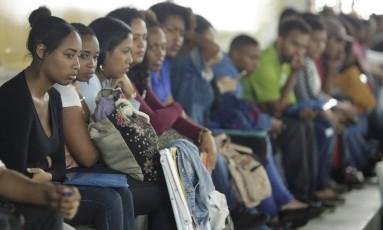 Fila de emprego em evento no Rio: mulheres têm taxa de desemprego maior. Foto de Gabriel de Paiva/ Agência O Globo/03-10-2017