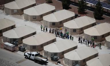 Crianças migrantes que foram separadas dos pais quando tentavam entrar nos EUA a partir da fronteira mexicana são vistas em abrigo no Texas Foto: JOE RAEDLE / AFP
