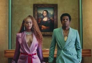 """Beyoncé e Jay-Z em frente à """"Mona Lisa"""", quadro mais conhecido do Louvre, onde gravaram vídeo clipe Foto: Reprodução"""