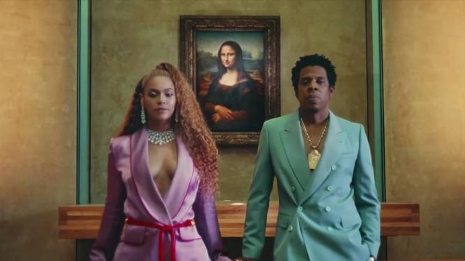 Beyoncé e Jay-Z em frente à