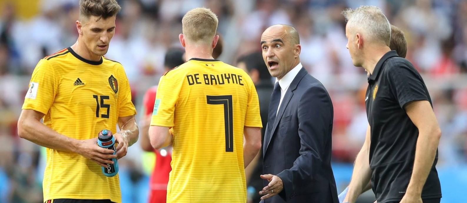 Papo entre Roberto Martínez e Kevin de Bruyne na vitória belga contra a Tunísia Foto: CARL RECINE / REUTERS