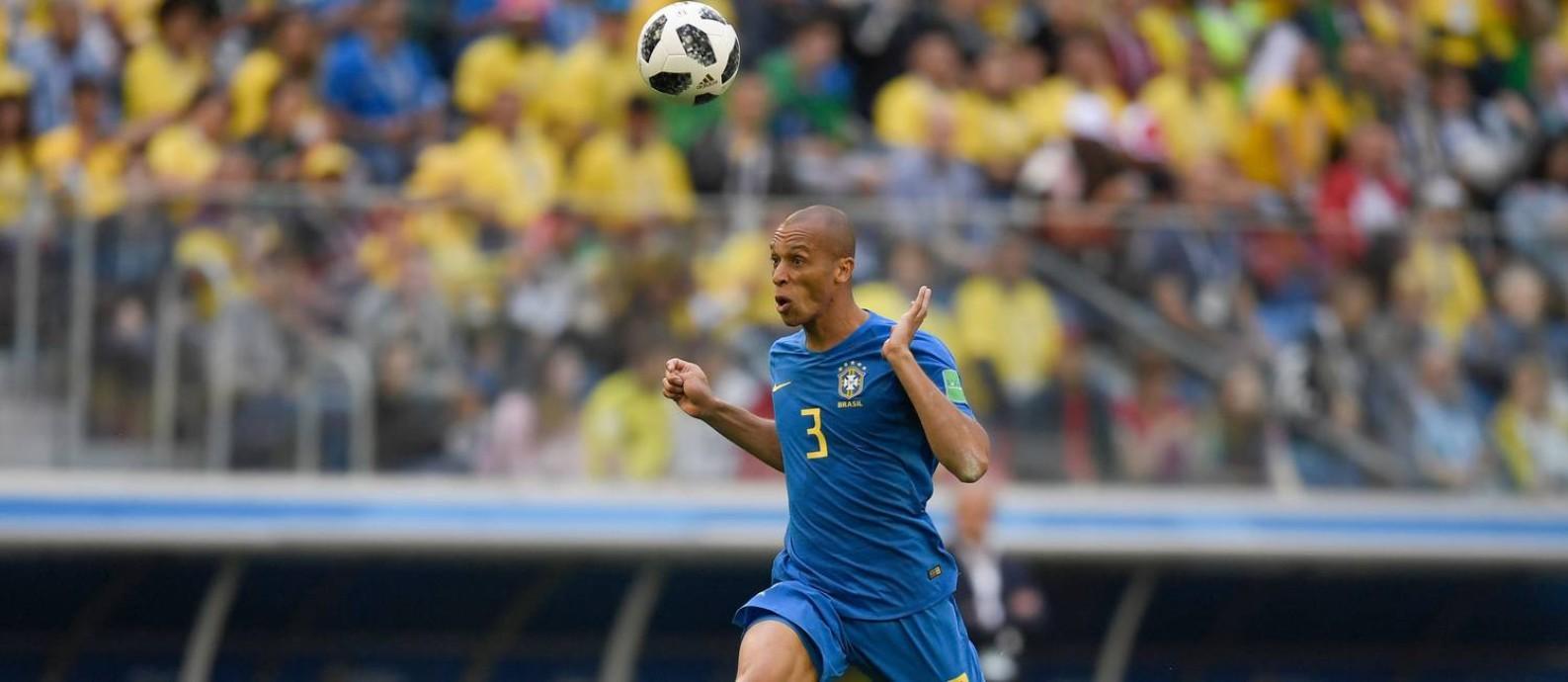 Miranda vai se tornar o principal capitão da 'era Tite' ao lado de Daniel Alves Foto: GABRIEL BOUYS / AFP