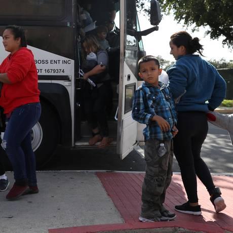 Famílias migrantes chegam a posto alfendegário no Texas Foto: LOREN ELLIOTT / REUTERS