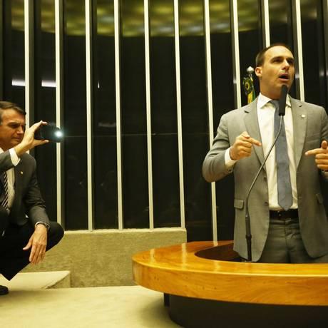 BRASIL - Brasília - BSB - PA - 04/10/2017 - PA - Sessão da Câmara dos Deputados .Na foto: O Deputado Federal Jair Bolsonaro (PSC-RJ) filma o discurso do seu filho Deputado Federal Eduardo Bolsonaro (PSC-SP) sobre o PLC 75/2015, que deu origem à Lei 13.165/2015, já previa a obrigatoriedade de impressão do voto. No entanto, a Comissão da Reforma Política atendeu uma recomendação do Tribunal Superior Eleitoral, acabando com a exigência. ( Discursa a favor do voto Impresso.) no Plenário da Câmara . Foto: Ailton de Freitas / Agência O Globo Foto: Ailton de Freitas / Agência O Globo