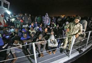 Migrantes são levados até base naval em Trípoli, após serem resgatados no Mediterrâneo Foto: MAHMUD TURKIA / AFP
