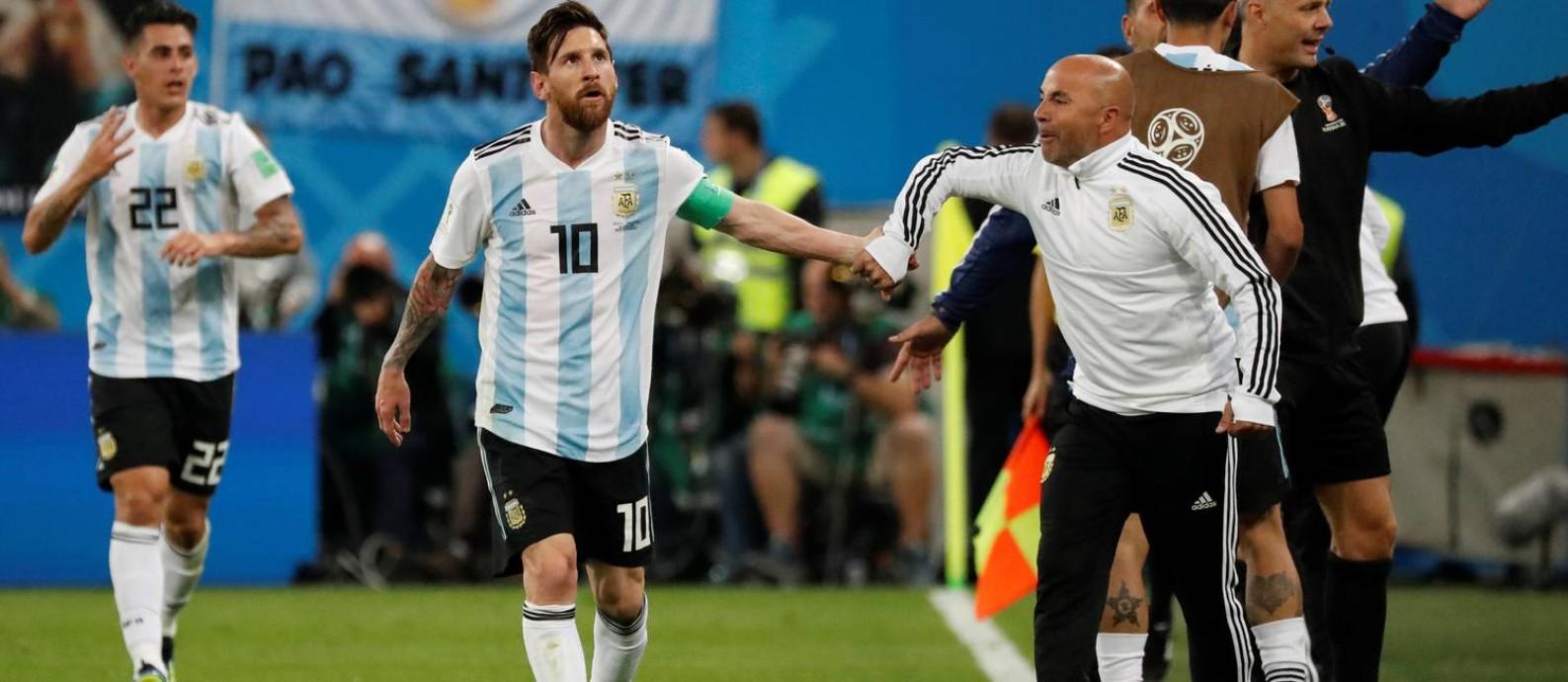 Messi comemora o segundo gol argentino com o técnico Jorge Sampaoli Foto: TORU HANAI / REUTERS