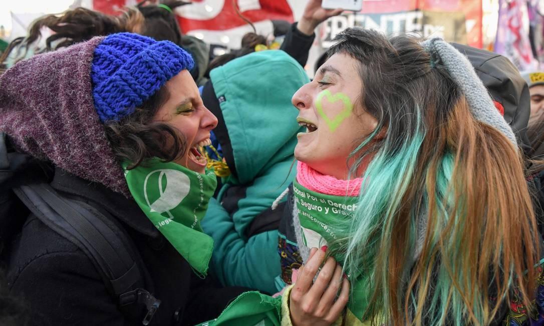 Manifestantes argentinas comemoram vitória da proposta de legalização do aborto após votação na Câmara dos Deputados Foto: EITAN ABRAMOVICH / AFP/14-6-2018
