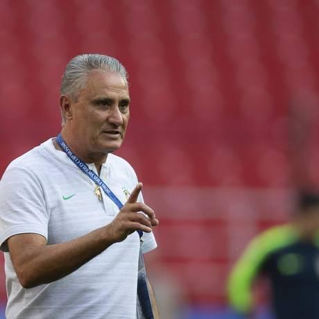 Tite comanda treino na véspera da partida contra a Sérvia Foto: Alexandre Cassiano / Agência O Globo