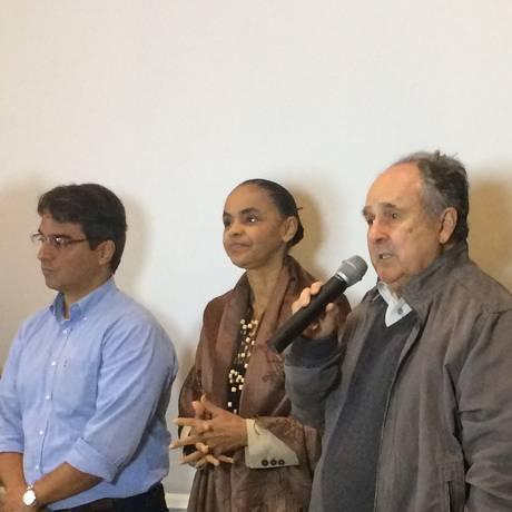 A presidenciável da Rede Marina Silva ao lado do senador Cristovam Buarque (PPS) e o pré-candidato à Câmara André Lima Foto: Maria Lima / Agência O Globo