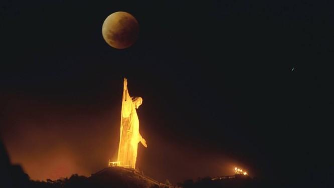 Eclipse poderá ser visto no Rio de Janeiro no início da noite Foto: Custódio Coimbra / Agência O Globo
