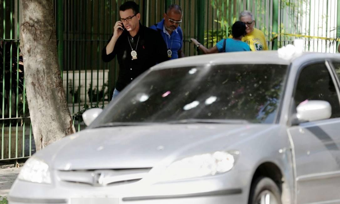 O chefe de Polícia Civil, Rivaldo Barbosa, no local onde o agente foi baleado Foto: Gabriel de Paiva / Agência O Globo