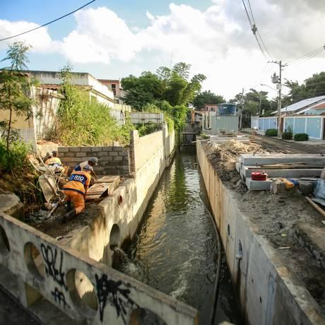 Operários atuam em duas frentes no Rio Pechincha Foto: Brenno Carvalho / Agência O Globo