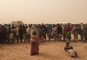 Migrantes subsaarianos esperam ajuda em campo no deserto entre Níger e Argélia Foto: Anistia Internacional