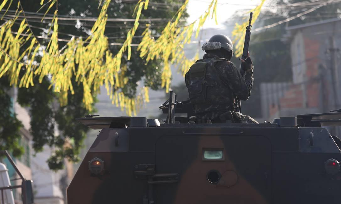 Os militares na operação que acontece nos complexos do Chapadão e da Pedreira Foto: Fabiano Rocha / Agência O Globo