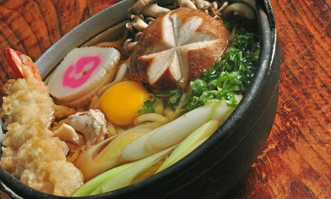 Azumi. O nabeyaki udon é um ensopado de frango com camarão, cogumelo, vegetais e ovo (R$ 85). Rua Ministro Viveiros de Castro 127, Copacabana (2295-1098) Foto: Rio Art Com / Divulgação