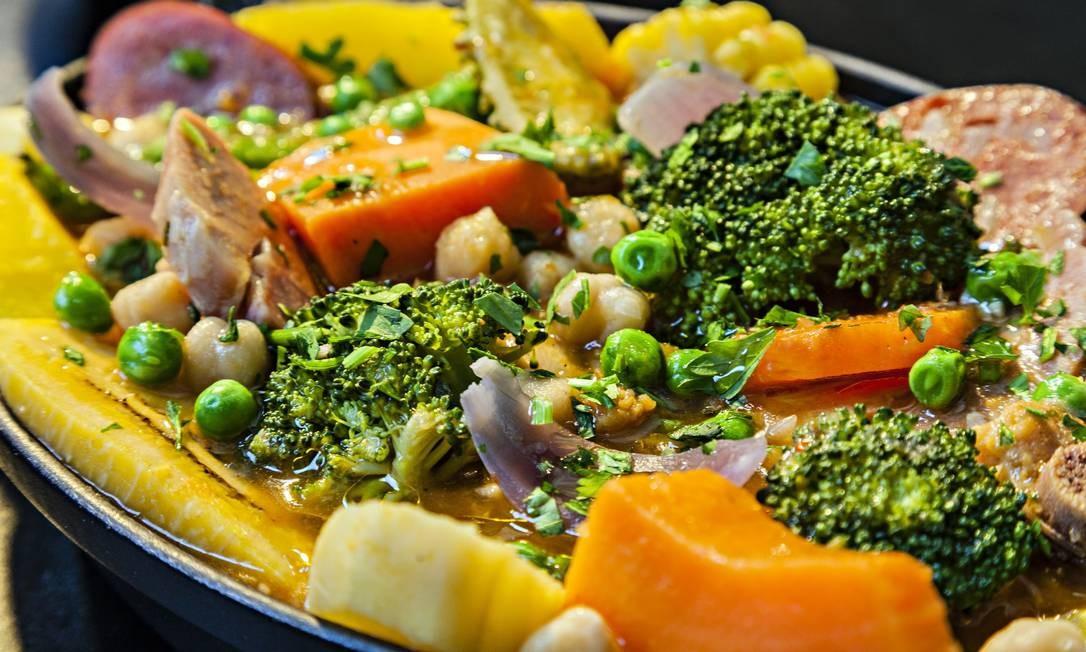 Botequim. O cozido (R$ 92) é feito com grão de bico, couve, repolho, brócolis, abóbora, cenoura, quiabo, milho, cebola, batata-doce, banana-da-terra, carnes variadas, pirão e arroz O prato é servido aos domingos e a um serve duas pessoas. Rua Visconde de Caravelas 22, Botafogo (2286-3391) RICARDO BHERING / Divulgação