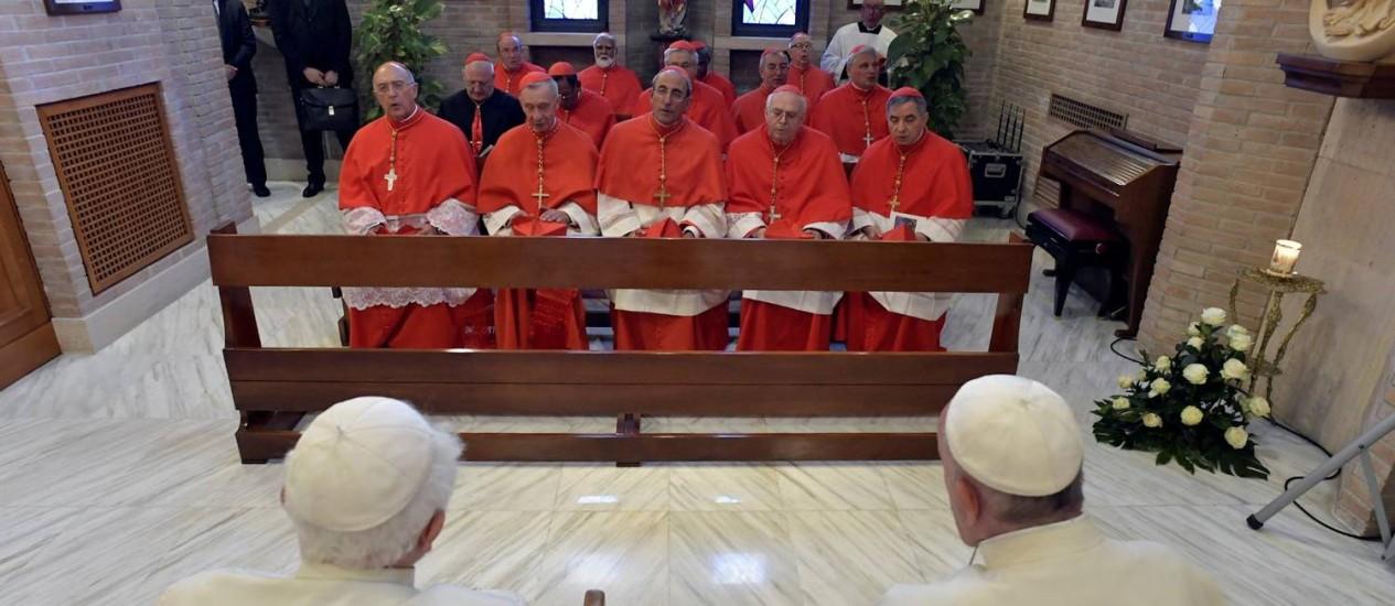 O Papa Emérito Bento XVI e o Papa Francisco encontram-se com os 14 novos cardeais no Vaticano Foto: OSSERVATORE ROMANO / REUTERS