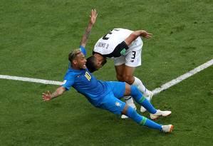 Na imagem congelada, queda de Neymar lembra a pose do Cristo Redentor, e o zagueiro Giancarlo González, da Costa Rica, parece fazer a dança do passinho Foto: LEE SMITH / Agência O Globo