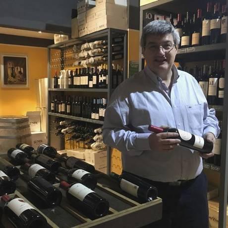 Joaquín Alberdi em sua loja: destino certo para os amantes do vinho em Buenos Aires Foto: O Globo / Janaína Figueiredo