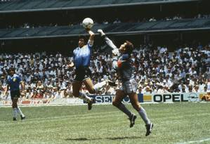 Maradona e o gol de mão contra a Inglaterra: na interpretação do craque, mão de Deus fez o gol Foto: Bob Thomas / Agência O Globo