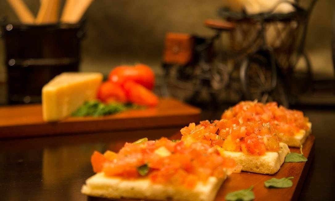 La Pastasciutta. A dupla de pão ciabatta da casa (R$ 27) tem com tomates em cubos temperados. Shopping da Gávea. Rua Marquês de São Vicente 52, Gávea (2259-7296) Foto: Alexey Kosorukov / Divulgação