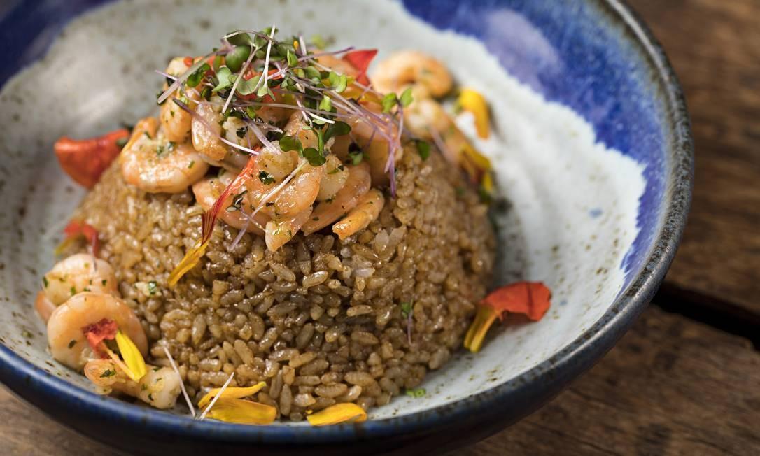 Sushi Leblon. Uma das novidades do cardápio é o camarão baby (R$85) com yakimeshi, ao shoyu e gengibre e um pouco picante. Rua Dias Ferreira 256, Leblon (2512-7830) RODRIGO AZEVEDO FOTOGRAFIA / Divulgação