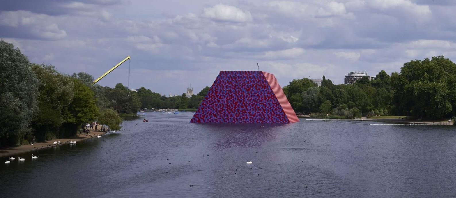 """A escultura temporária de Christo """"The London Mastaba,"""" feita com 7.506 barris pintados e empilhados horizontalmente, flutua no lago Serpentine, do Hyde Park, em Londres Foto: DAVID AZIA / The New York Times"""