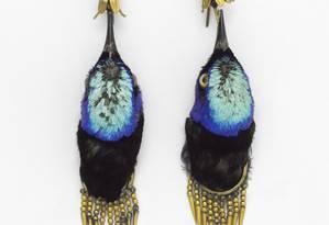 Par de brincos de 1875 feitos cabeças de saíras-beija-flor, em exposição no Victoria and Albert Museum, em Londres Foto: Victoria and Albert Museum