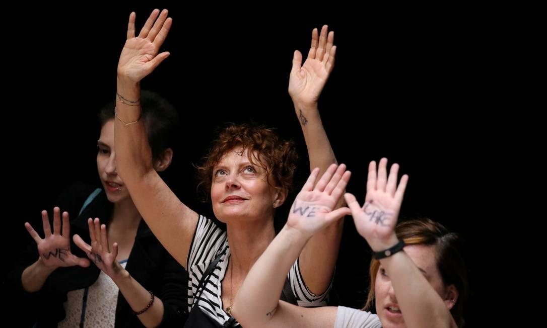 A atriz Susan Sarandon com outras ativistas contra a política anti-imigração de Trump marcham dentro do Capitólio, em Washington Foto: JONATHAN ERNST / REUTERS