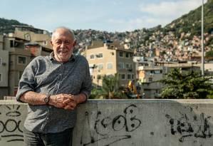 O ator na Passarela da Rocinha, um dos ambientes onde se passa a trama de seu livro Foto: Brenno Carvalho / Agência O Globo