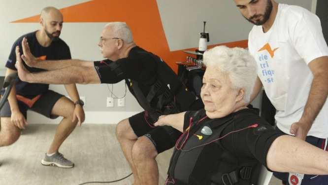 Em família. Acacio Barreto e a mãe Zilma Barreto durante eletroestimulação no Active Pulse Foto: Roberto Moreyra / Roberto Moreyra