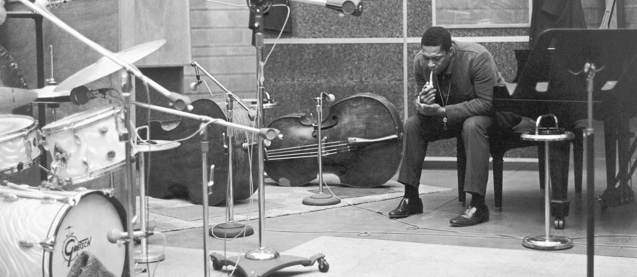 John Coltrane no estúdio de Rudy Van Gelder, em Nova Jersey: disco agora recuperado foi gravado lá Foto: Chuck Stewart / Divulgação/Arquivo